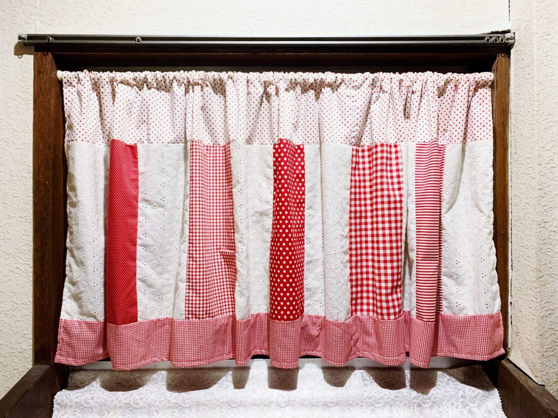 赤いかわいいカーテン