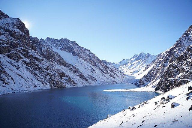 涼しそうな山の写真