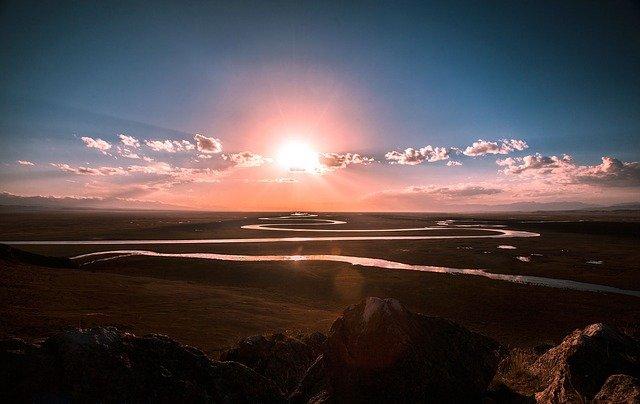 まぶしい太陽の光の写真